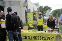 Menschen stehen an einem Informationsstand auf dem Campusfest 2015 in Hildesheim.