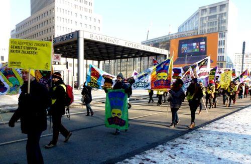 Menschen Demonstrieren in Berlin gegen Gewalt in Ägypten.