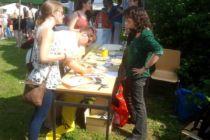 Menschen an einem Informationsstand der Amnesty-Gruppe Hildesheim.